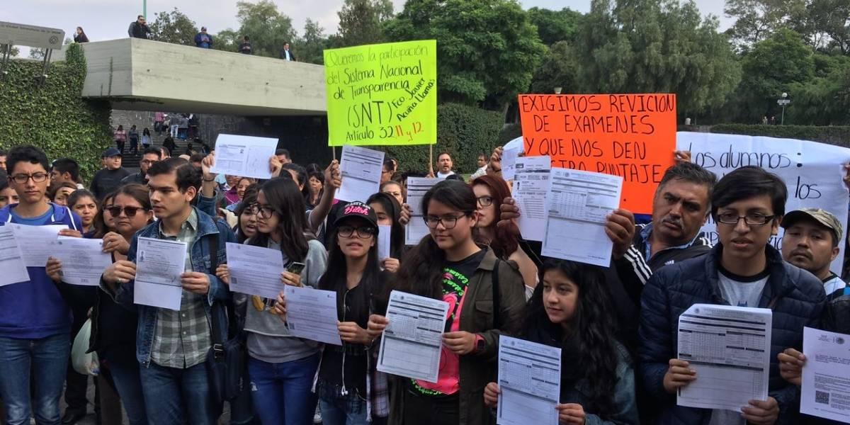 Protestan padres frente a Rectoría de la UNAM