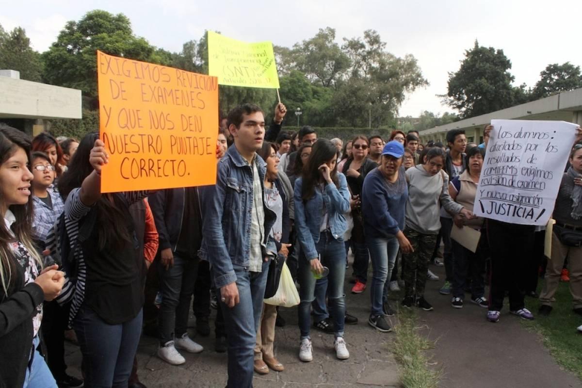 Aspirantes manifestándose afuera de rectoría de la UNAM Foto: Nicolás Corte