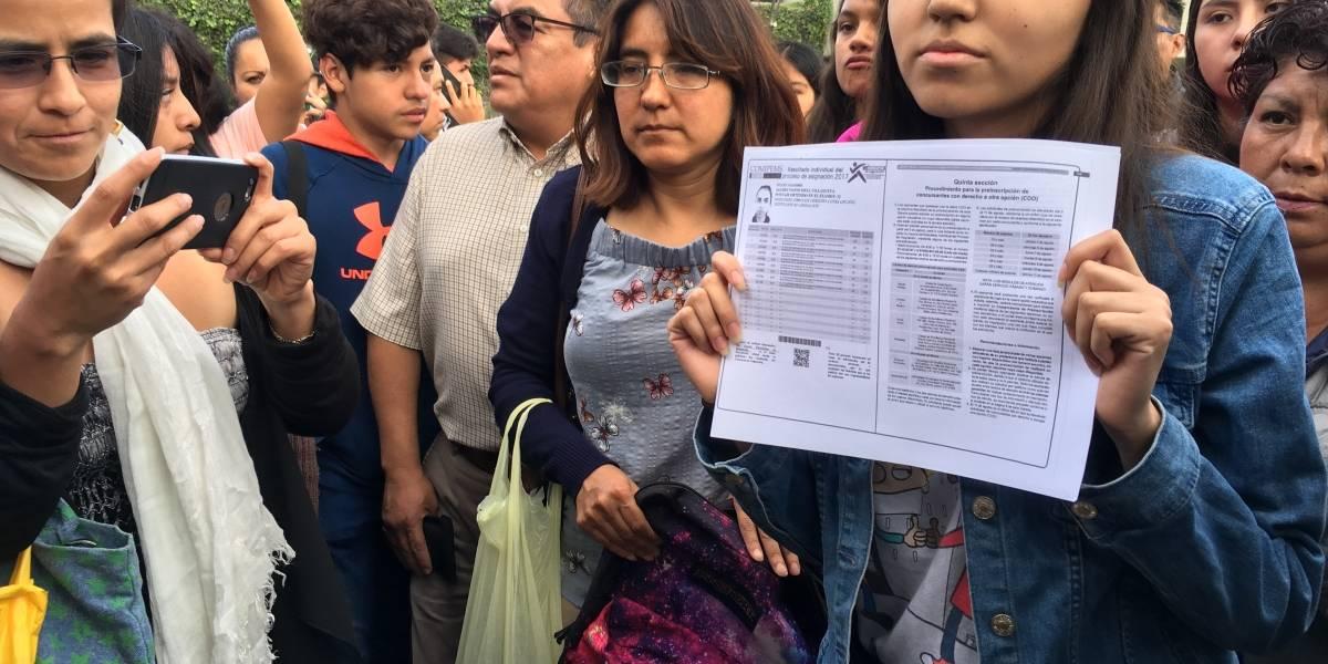 Padres de estudiantes 'rechazados' pactan revisión de 11 mil 51 exámenes erróneos