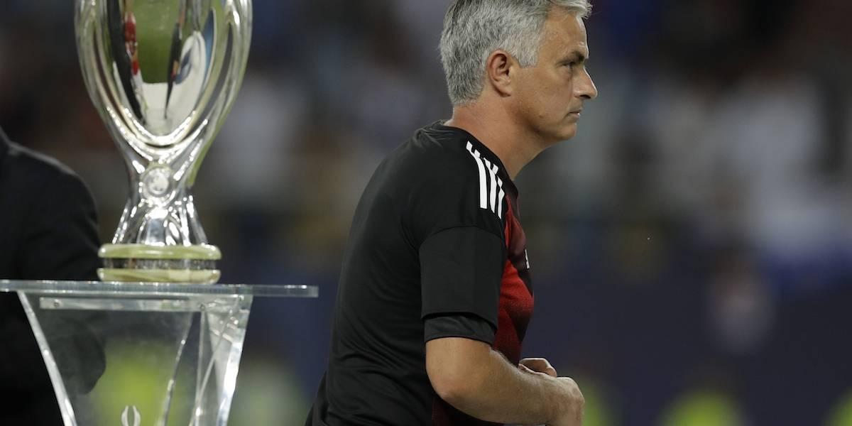 VIDEO: Mourinho se enojó y regaló su medalla de segundo lugar