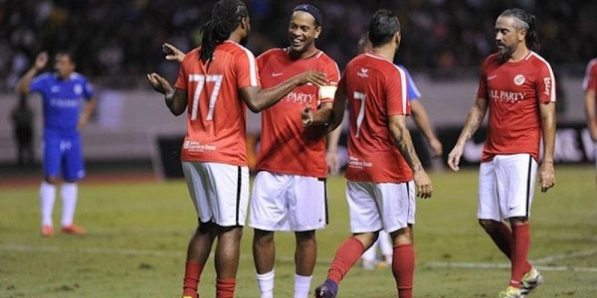 VIDEO: Ronaldinho detiene partido para abrazar a espontáneo