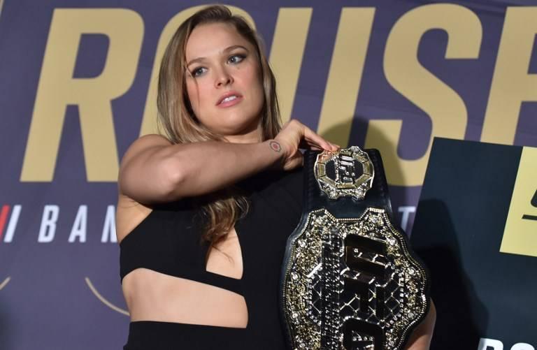 Ronda Rousey con el cinturón de la UFC