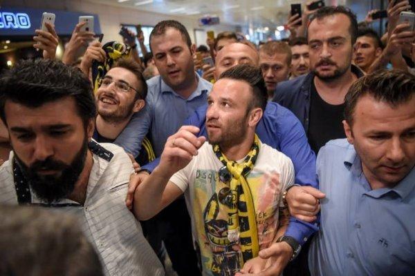 El francés Mathieu Valbuena, quien fichó por el Fenerbahçe, fue recibido por una multitud en su llegada a Estambul / AFP