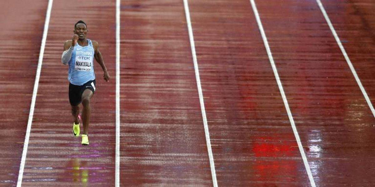 """Isaac Makwala, el inesperado héroe del Mundial de Atletismo que fue """"obligado"""" a correr solo"""