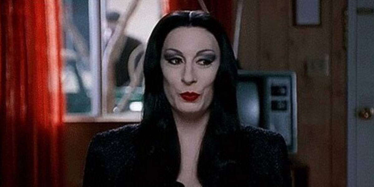 Así luce 'Morticia', de 'Los Locos Addams', 26 años después del estreno de la serie