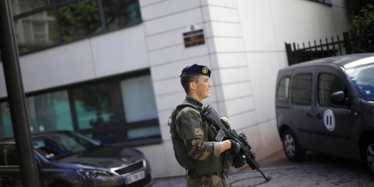Auto golpea a soldados en suburbio de París