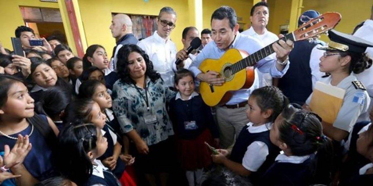 """Morales le canta """"Salta, mi conejito"""" a estudiantes en Huehuetenango"""