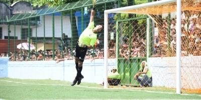 Luis Pedro Molina desvía la pelota