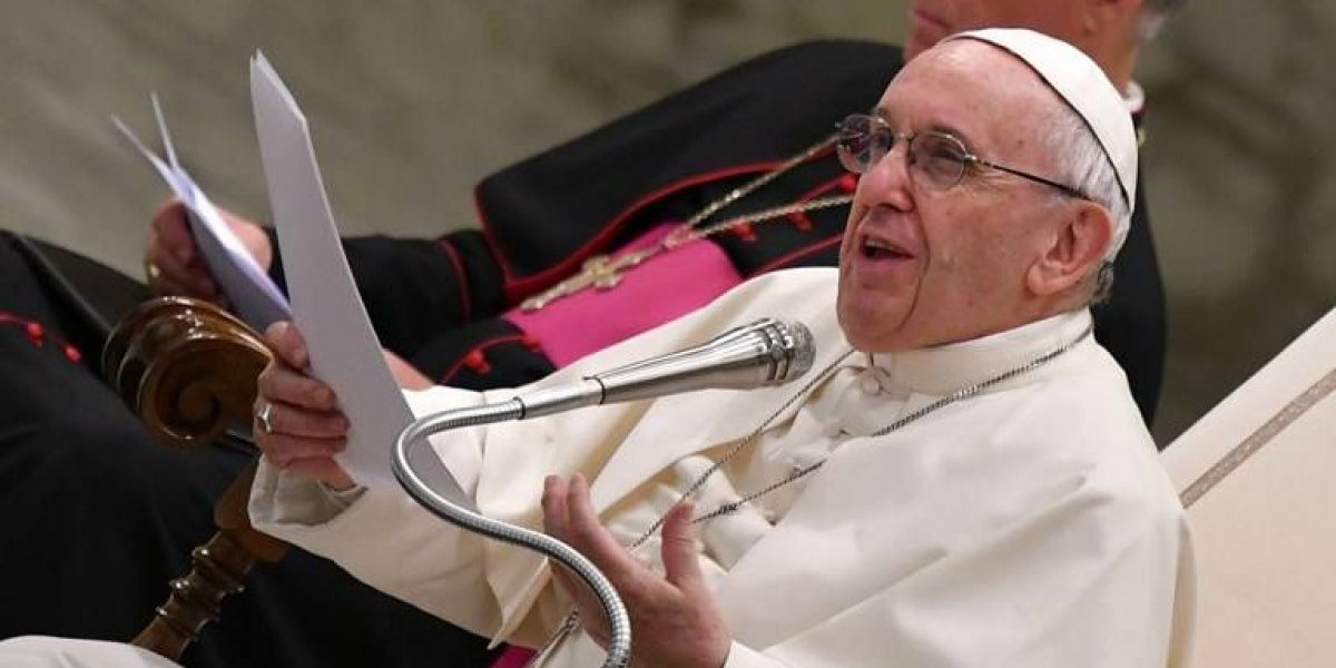 """Polémica en el Vaticano: la verdad sobre la carta de """"felicitación"""" del Papa a pareja gay que bautizó a sus hijos"""