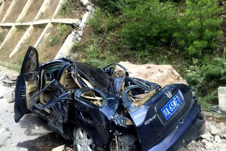Vehículo aplastado tras terremoto en China agosto 2017