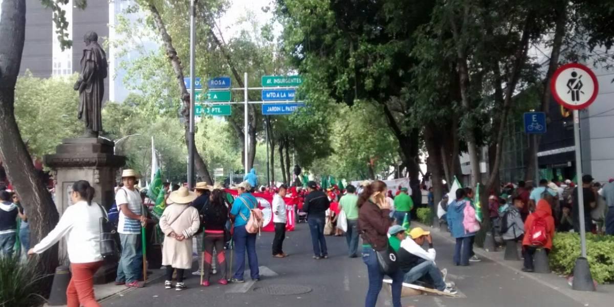 Marcha bloquea ambos sentidos de Paseo de la Reforma