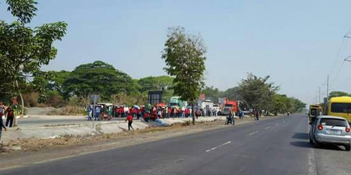 Manifestantes bloquean cinco puntos en diferentes carreteras
