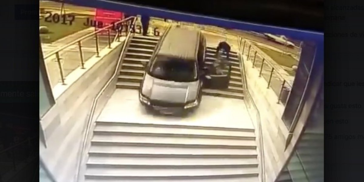 Confunde la entrada al estacionamiento con escaleras #VIDEO