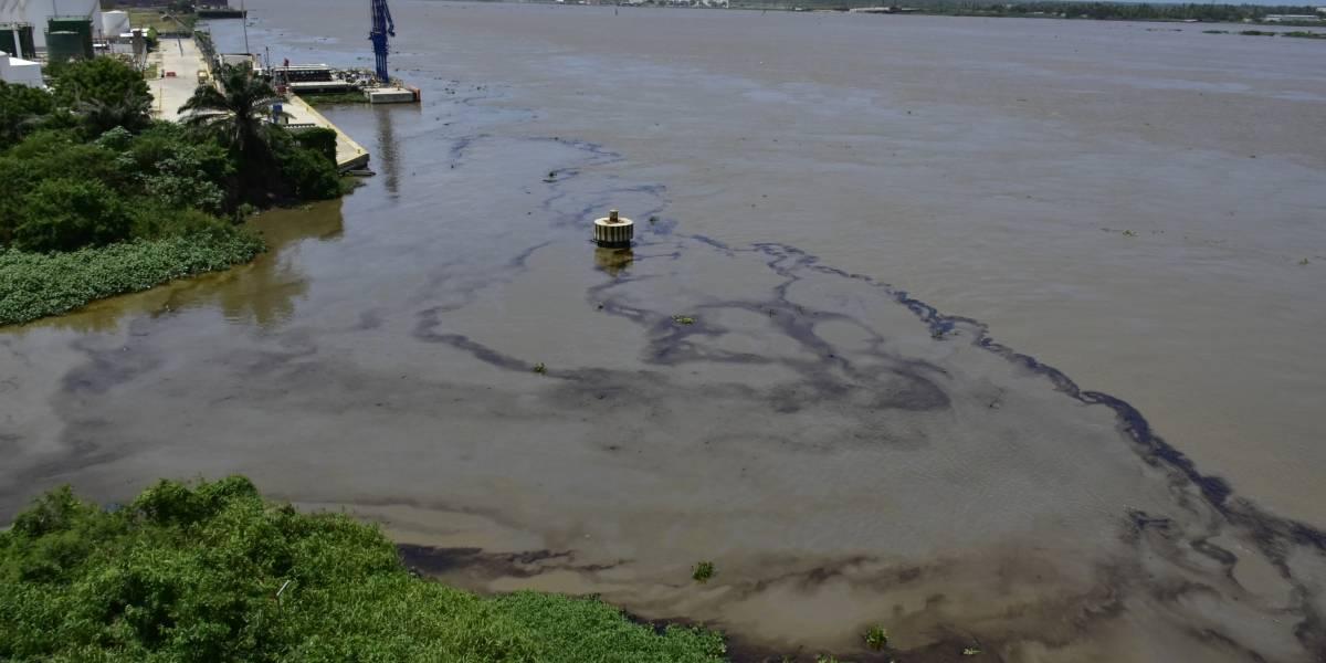 Una semana después mancha de aceite vertida en el Río Magdalena no ha sido recogida