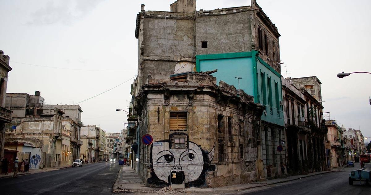 Imagem mostra casa velha com o grafite do artista cubano Yulier Rodriguez REUTERS/Alexandre Meneghini