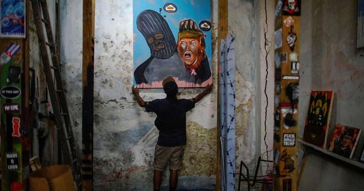 Artista cubano Fabian Lopez mostra um de seus trabalhos em seu ateliêr, em Havana REUTERS/Alexandre Meneghini