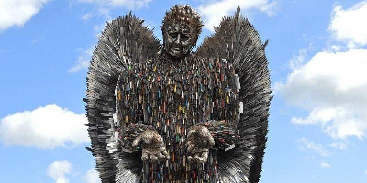 Artista convierte miles de cuchillos en un ángel gigante