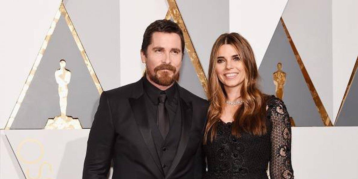 Christian Bale luce irreconocible con varios kilos de más