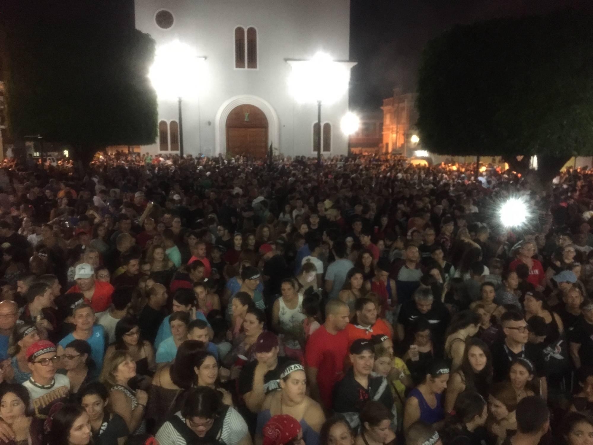 Los quebradillanos abarrotaron la Plaza Pública del municipio, para celebrar el campeonato de los Piratas luego del juego el miércoles. / David Cordero Mercado