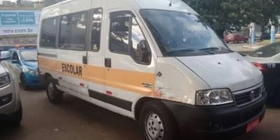 Bandidos roubam van escolar com duas crianças em Niterói