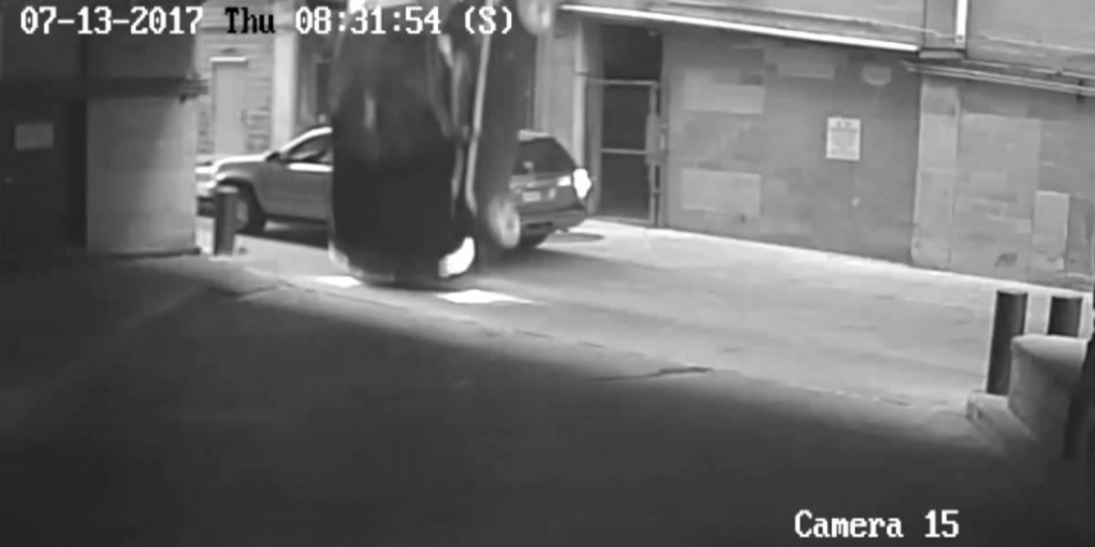 Captan momento cuando vehículo cae del séptimo piso de garaje en Texas