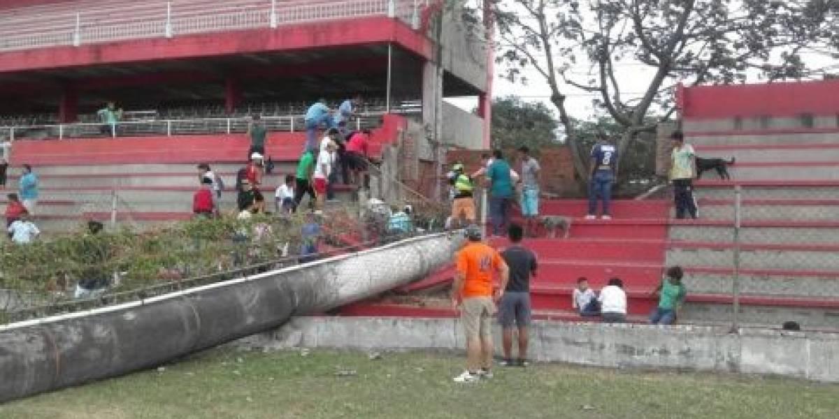 Muere niño aplastado por torre en estadio de futbol de Bolivia