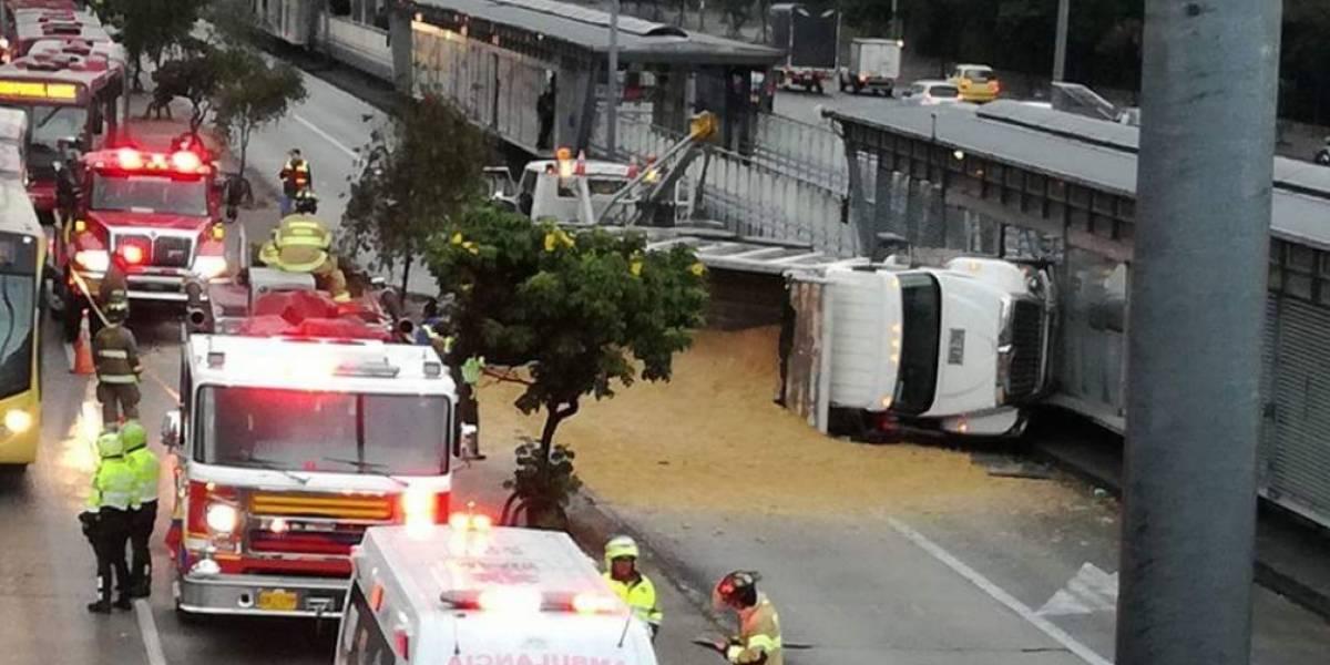 Volqueta se estrelló contra estación de TransMilenio de la Carrera 30