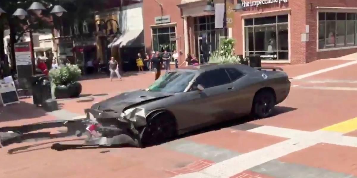 Carro atropela multidão de manifestantes em protesto nazista em Charlottesville