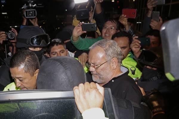 Carlos Pareja Yannuzelli se entrega a la Justicia
