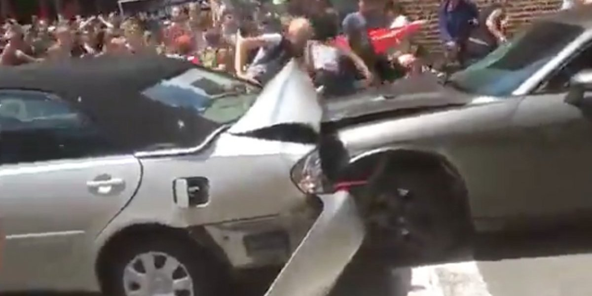 Carro atropella a multitud durante marcha racista en Virginia