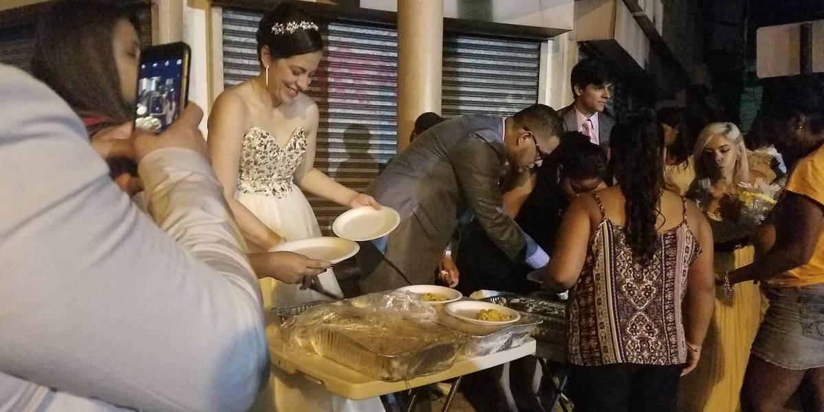 Pareja boricua se casa y comparte comida con deambulantes