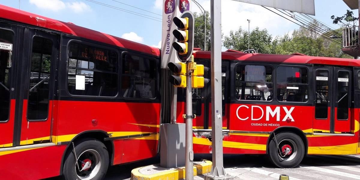 Choca Metrobús contra estación Nuevo León de la Línea 2