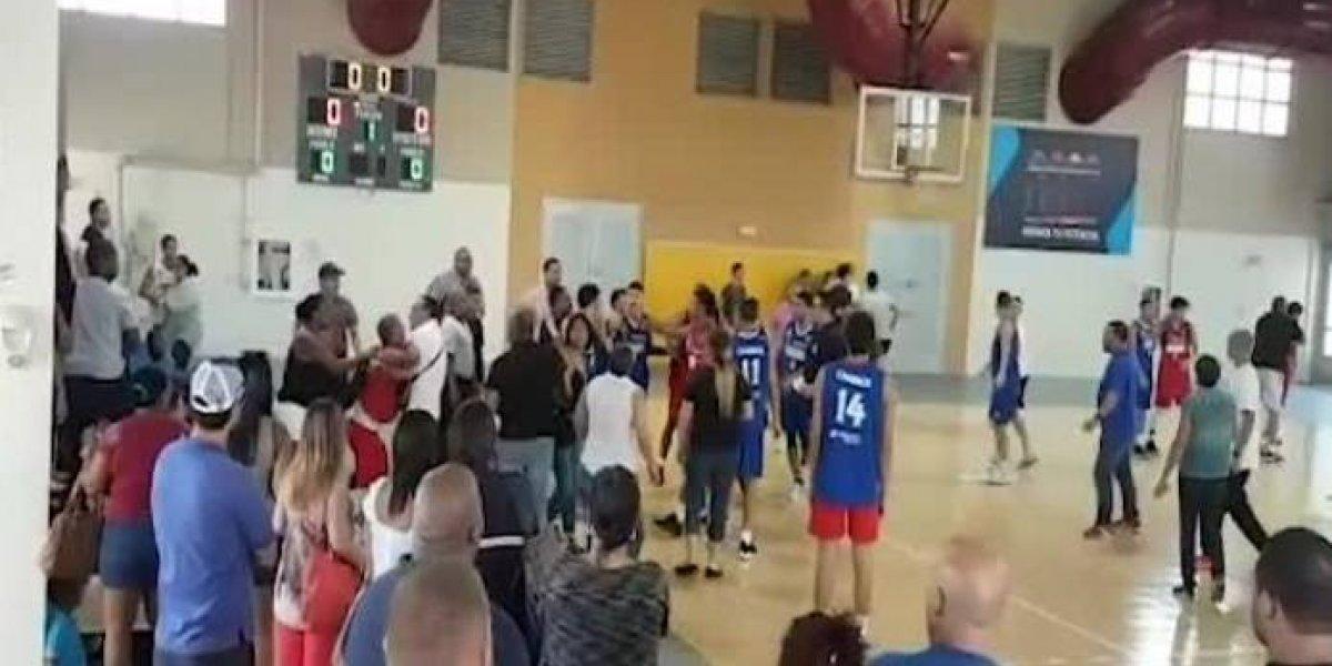 Torneo juvenil de baloncesto termina a puñetazo limpio