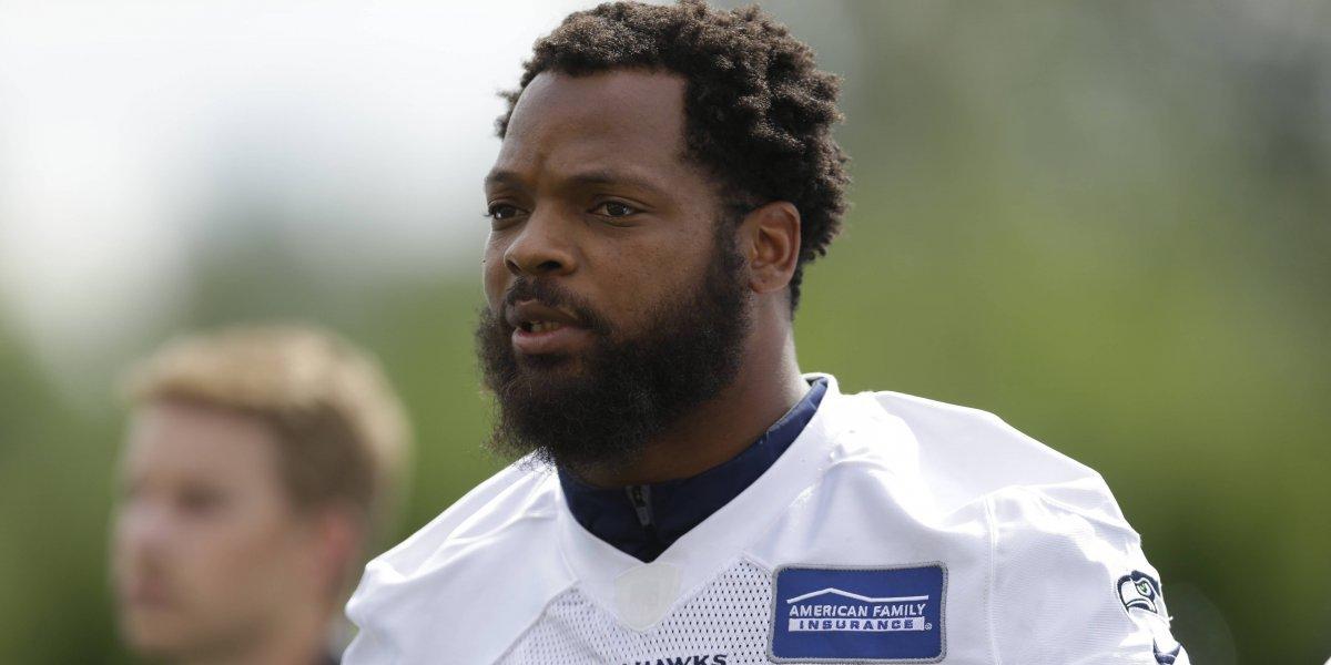 Jugador de NFL se sentará durante el himno esta temporada