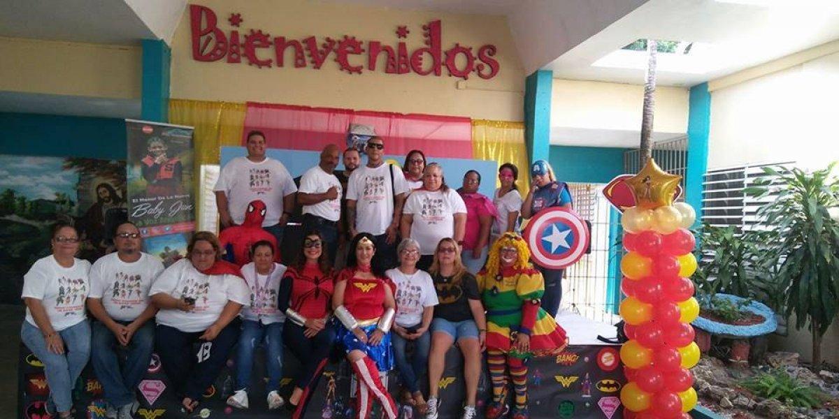 Docentes reciben a estudiantes disfrazados de superhéroes