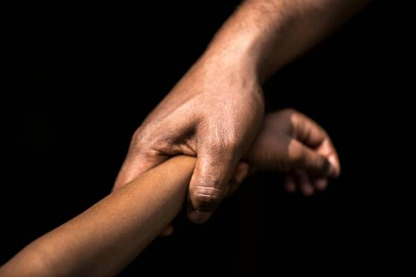 Mujer se reencuentra con su hijo secuestrado después de 18 años gracias a la Dinased