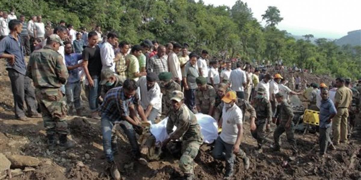 Hallan 46 cuerpos tras alud de lodo en India
