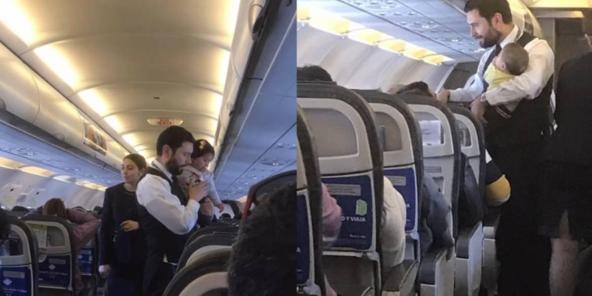 """""""Digno de imitar"""": El noble gesto de un sobrecargo durante viaje a Santiago que todos aplaudieron"""