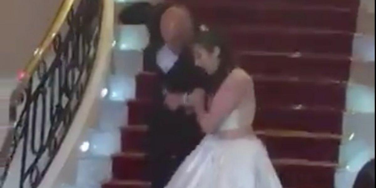 Cayó por las escaleras en su fiesta de cumpleaños y subió el video a Twitter para burlarse de ella misma