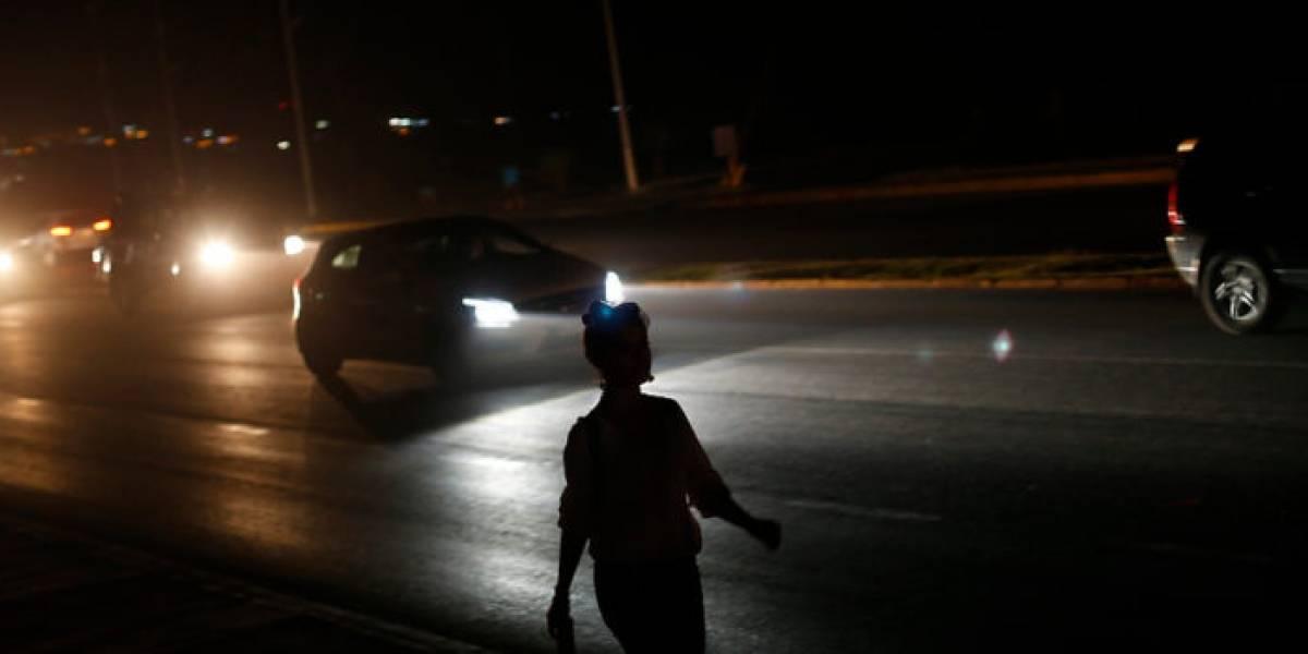 Reportan sorpresivo corte de luz y semáforos apagados en pleno centro de Santiago