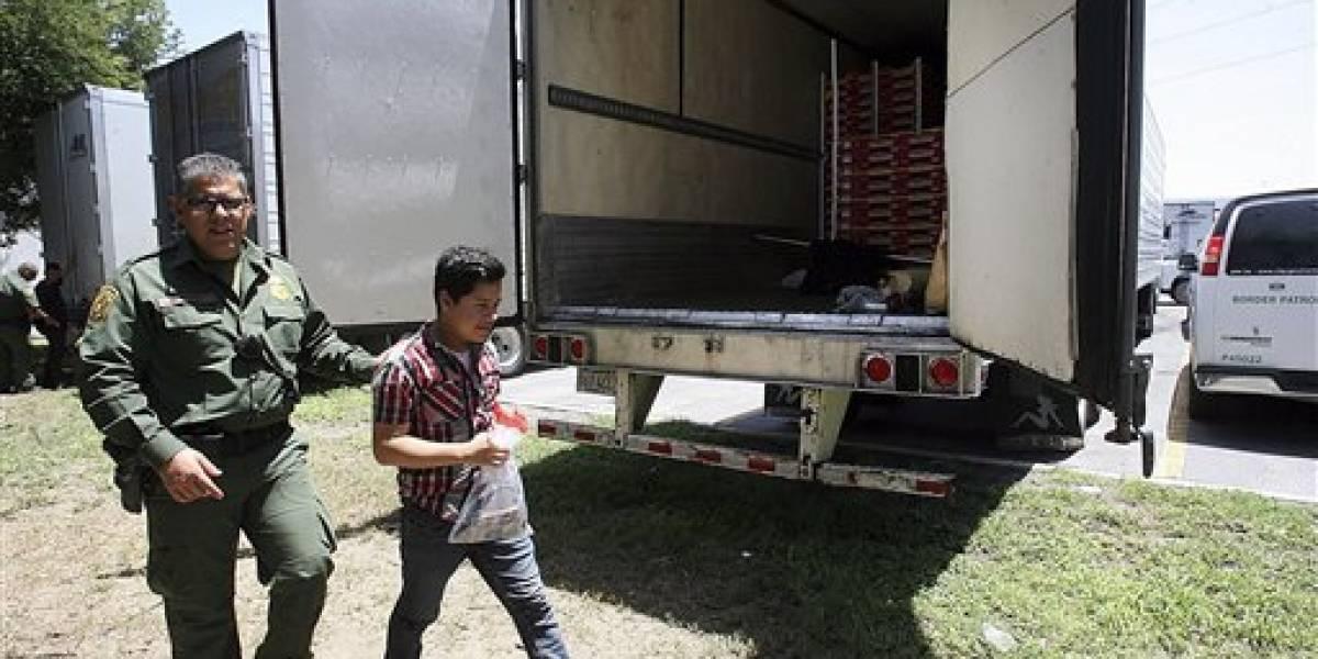 Hallan 17 personas encerradas en un camión en Texas