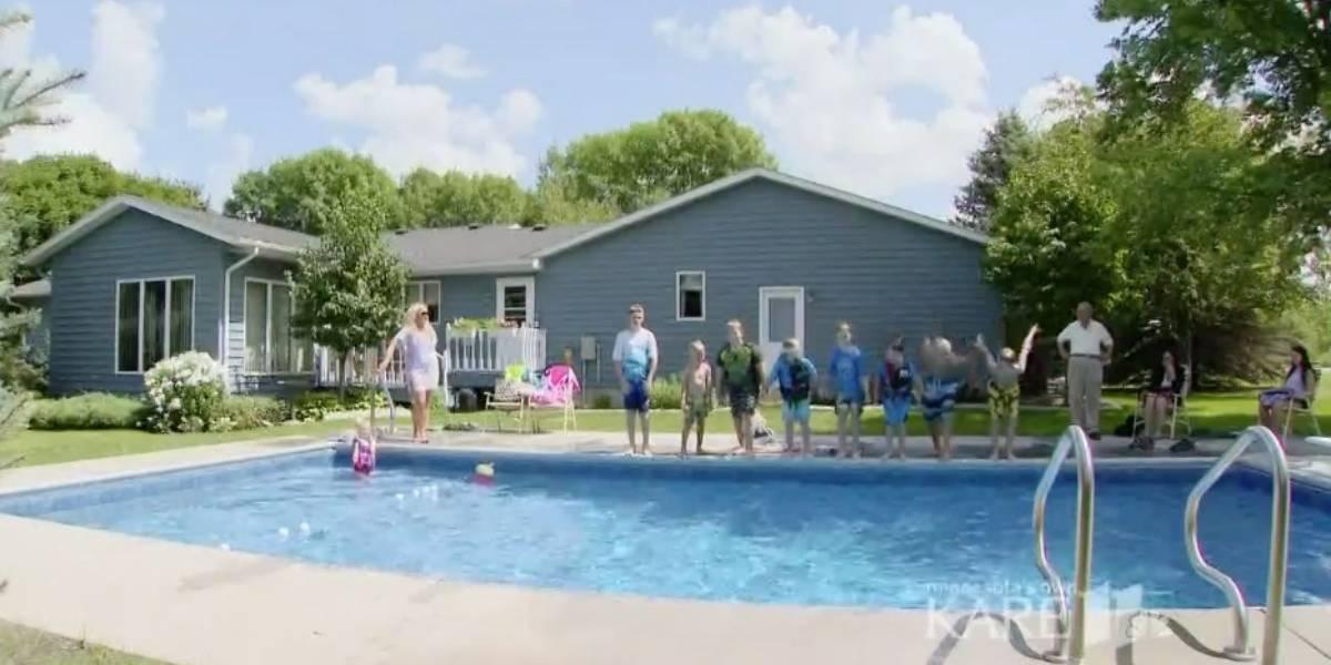 Quedó viudo tras 66 años y puso una piscina para los niños del vecindario para luchar contra su dolor