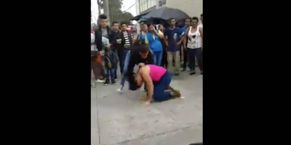Viralizan intensa pelea entre dos mujeres en avenida Petapa frente a muchos espectadores