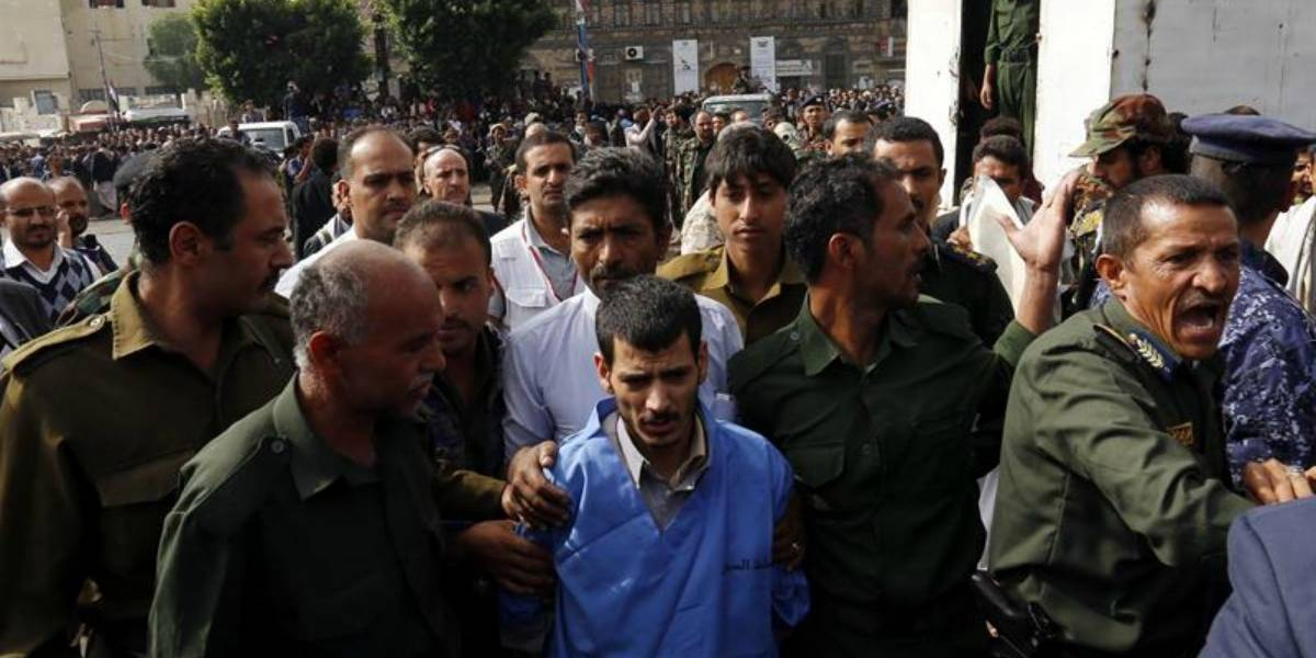 Yemen: Ejecutan de manera pública y cuelgan de una grúa a violador y homicida de niña de dos años