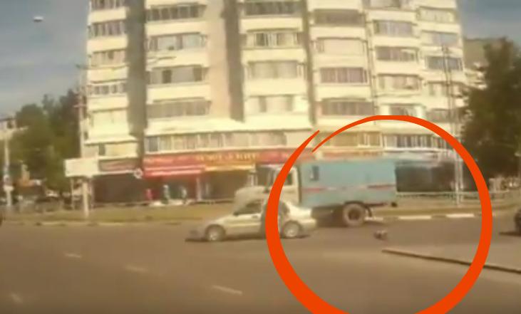 Video: vea el momento en el que un bebé cae de un carro en movimiento