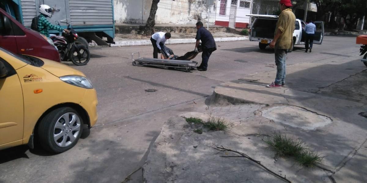 Cadáver que era transportado en carroza fúnebre se cayó del vehículo en Barranquilla