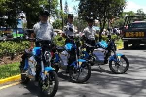 La Policía estrena motocicletas eléctricas en la feria de Jocotenango
