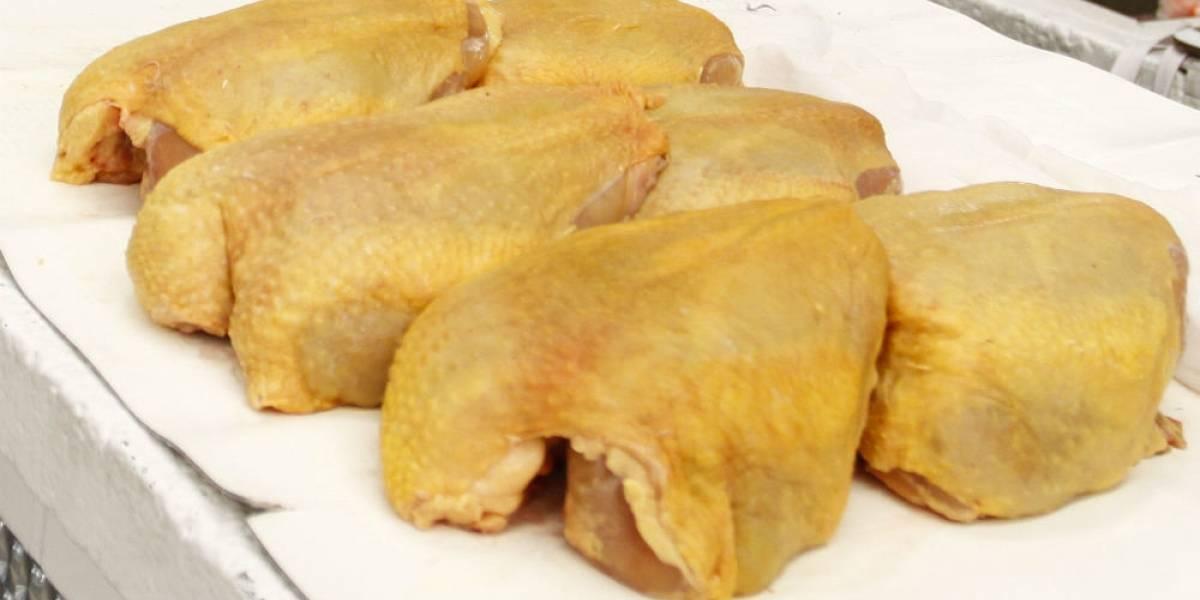 Por esta razón es peligroso para la salud lavar el pollo crudo