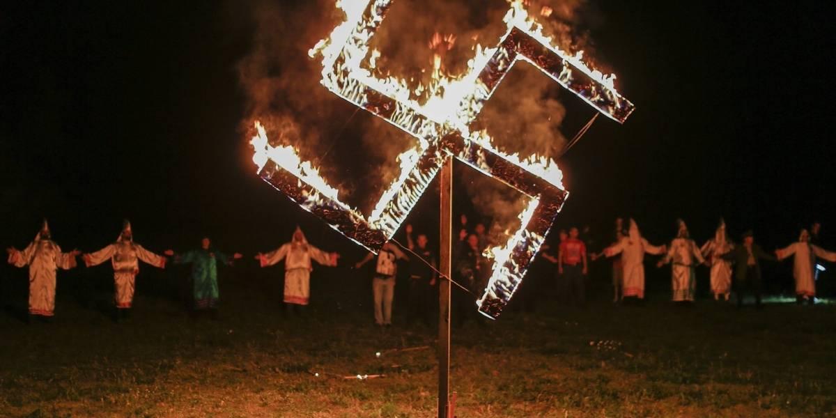 Facebook elimina perfiles de grupos supremacistas y neonazis tras violencia en Virginia