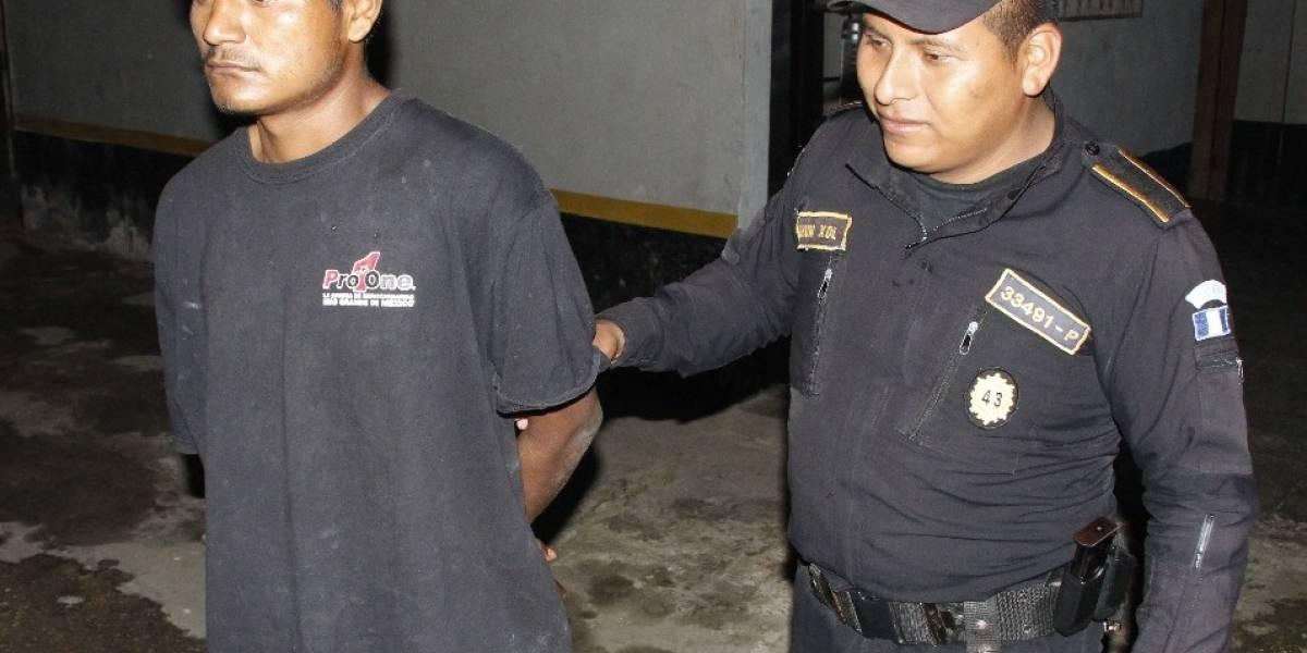 Vecinos lo detienen por violar a una niña y lo entregan a la Policía